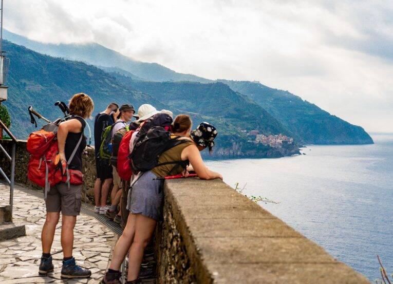 Viajantes descansando após fazer uma trilha de Corniglia, em Cinque Terre, na Itália.