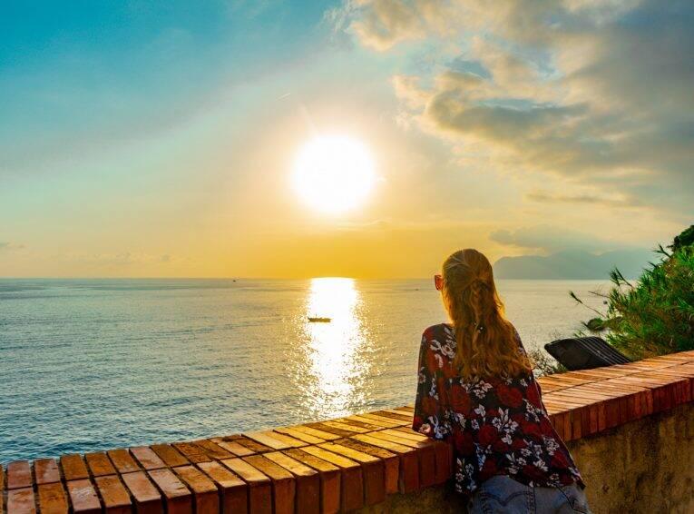 Vista do pôr do sol, na sacada à direita da marina de Riomaggiore, em Cinque Terre.   Foto: Bruno/@naproadavida - mirantes em cinque terre
