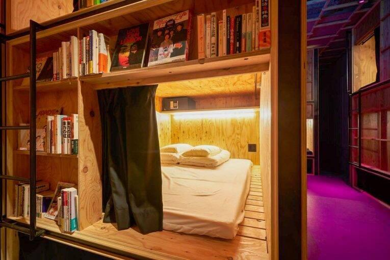 Cama e os livros no Book and Bed Hostel em Tóquio | Foto: divulgação/booking