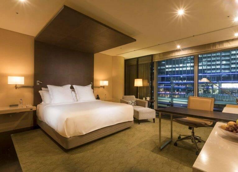 Suíte do Four Seasons Tokyo Hotel at Marunouchi com as luzes da cidade ao fundo | Foto: booking/divulgação
