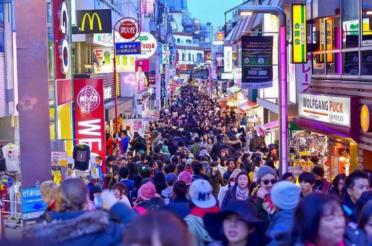 A região de Harajuku em Tóquio e a movimentada rua de Takeshita Dori