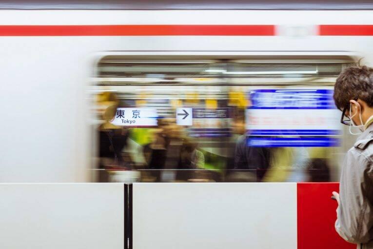Metro passando pela Tokyo Station, uma das mais importantes de Tóquio