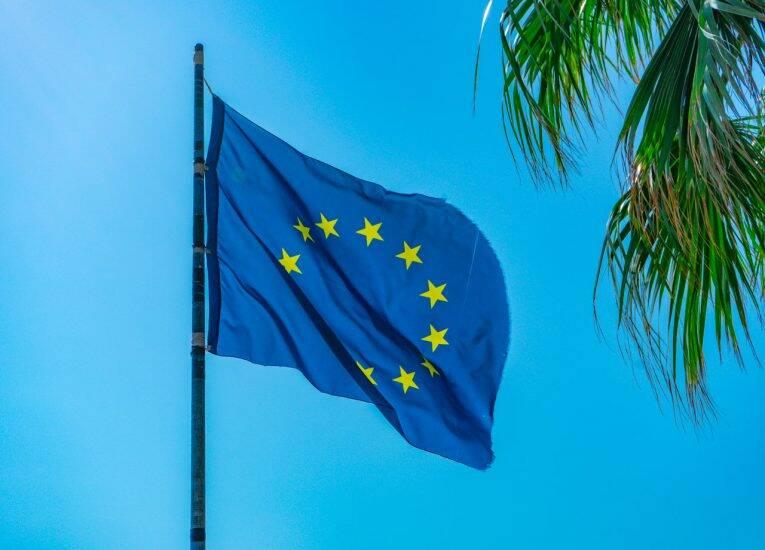 Bandeira da União Europeia com a céu azul da Itália.   Foto: Bruno/@naproadavida