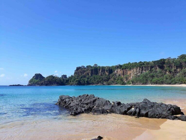 A Praia do Sancho e seu mar Azul Noronha.