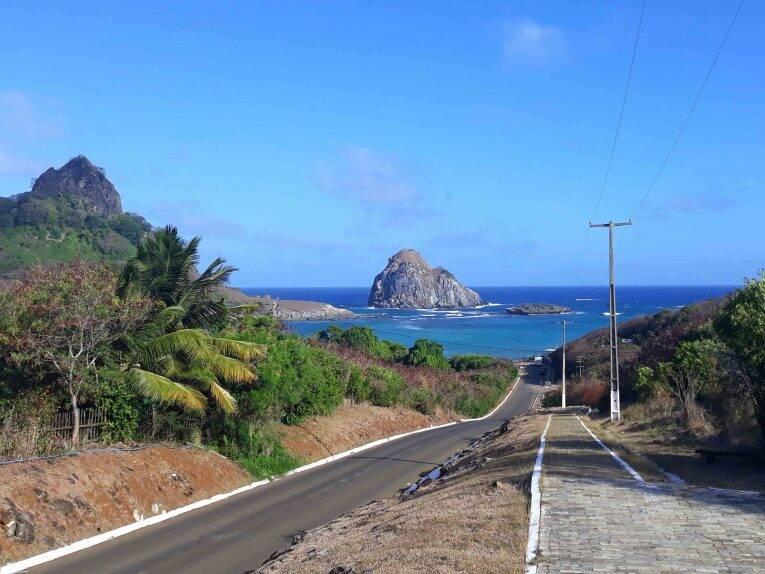 Vista da Baía do Sueste do alto da estrada em Fernando de Noronha