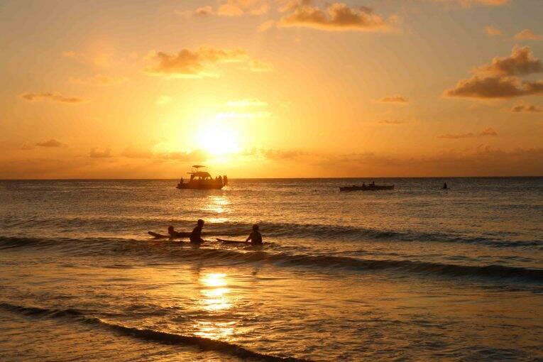 Surfistas na Praia do Boldró em Noronha.