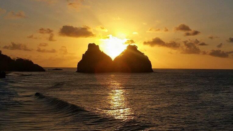 Pôr do sol no meio do Morro dos Dois Irmãos, visto do Mirante da Praia do Bode em Noronha