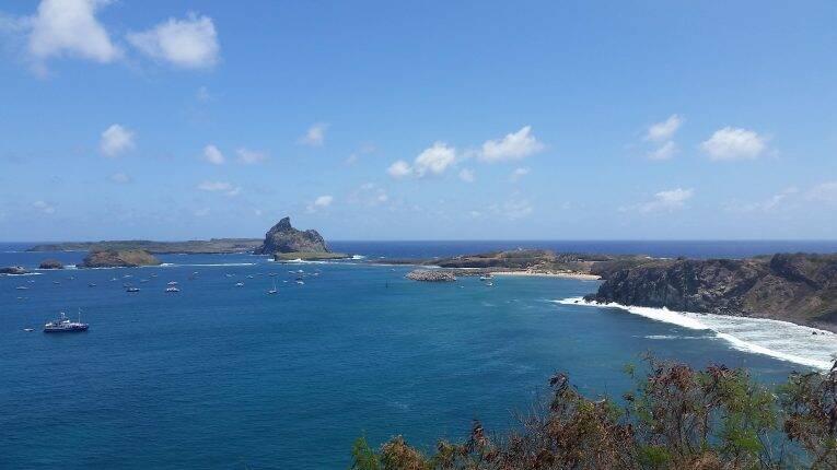 Vista desde o Forte para o porto de Fernando de Noronha e Ilhas Secundárias.