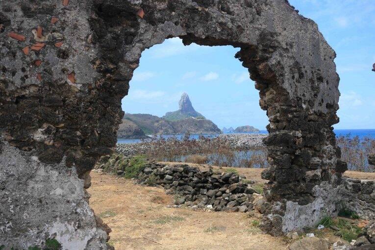 As ruínas e a bela vista para o porto de Noronha.