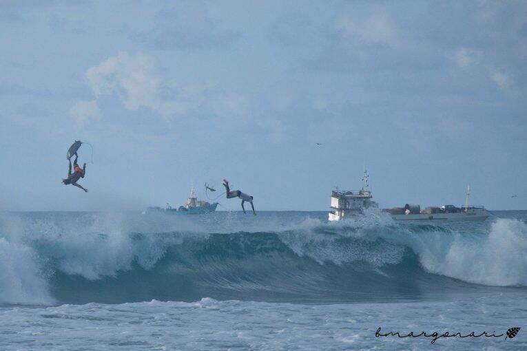 Surfistas literalmente voando nas ondas da Praia da Conceição em Noronha.