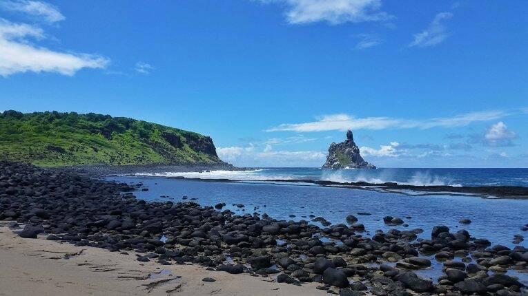 Praia do Atalaia, com vista para o Morro do Frade