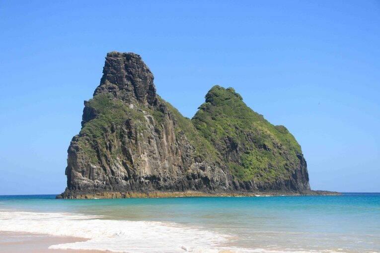 Morro dos Dois Irmãos visto da Praia da Cacimba.
