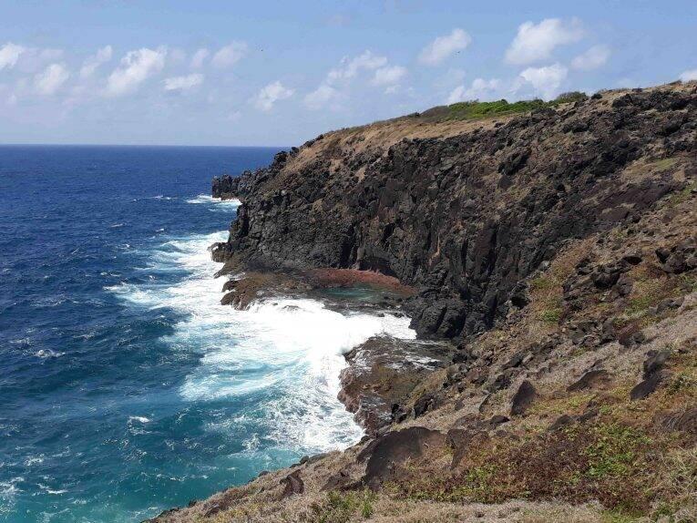 Ondas fortes vistas de uma parte da trilha longa do Atalaia.