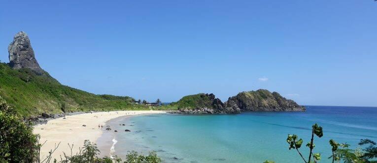 Vista desde a Trilha Esmeralda para a Praia do Meio (detalhe no Morro do Pico e Morro de Fora).