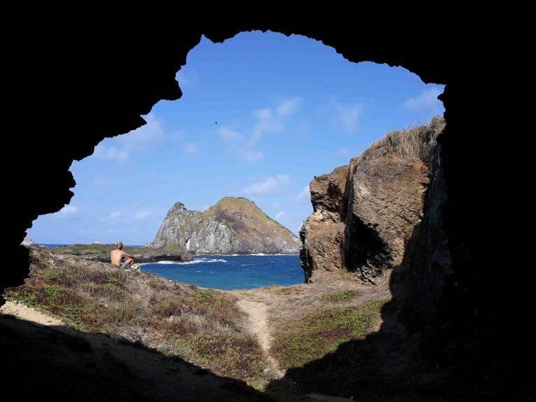 Caverna na Trilha da Baía do Sueste.