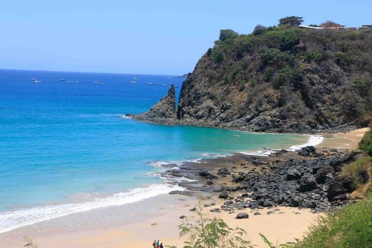 Vista da Trilha Esmeralda da Praia do Cachorro (detalhe para a Lasca da Velha)