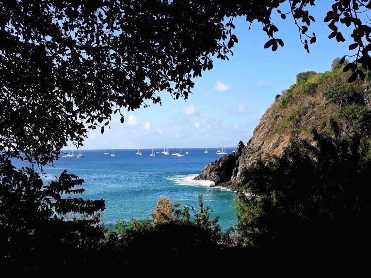 Veleiros passando pela Praia do Cachorro, antes de chegar no Porto de Noronha.