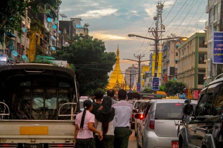 Trânsito nas tardes de Yangon e a Sule Pagoda ao fundo.   Foto: Bruno/@naproadavida
