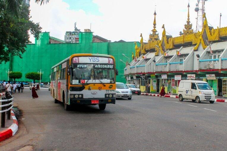 Ônibus local em Yangon, Myanmar.