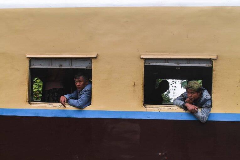 Homens birmaneses na janela da Ordinary Class do trem no Myanmar.   Foto: Bruno/@naproadavida