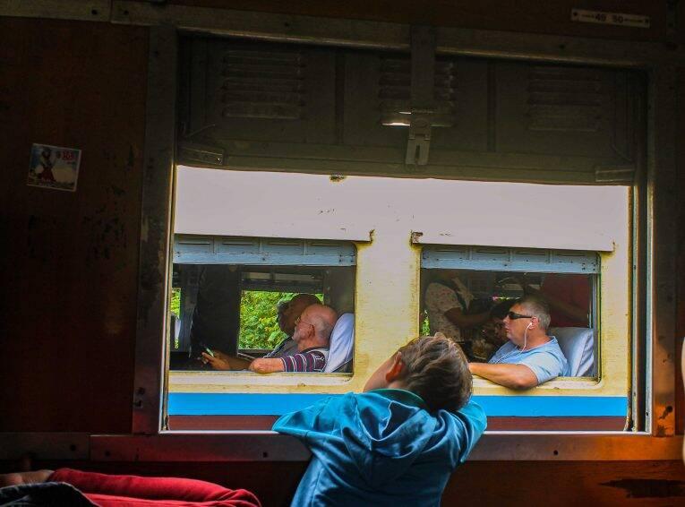 Criança local na Ordinary Class, observando os gringos na Upper Class.   Foto: Bruno/@naproadavida - trem no myanmar