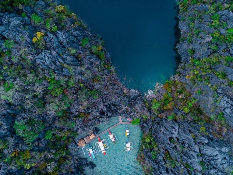 O Barracuda Lake visto de cima. Paredões rochosos e água cristalina de Coron, Filipinas. | Foto: Bruno/@naproadavida