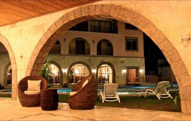 Área da piscina do Corto Del Mar Hotel em onde ficar Coron Town.   Foto: divulgação/booking.