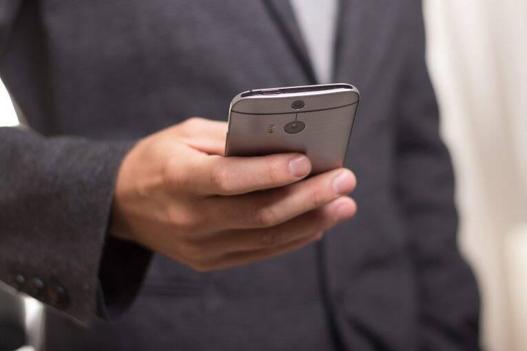 digitando no celular - receber sms brasil