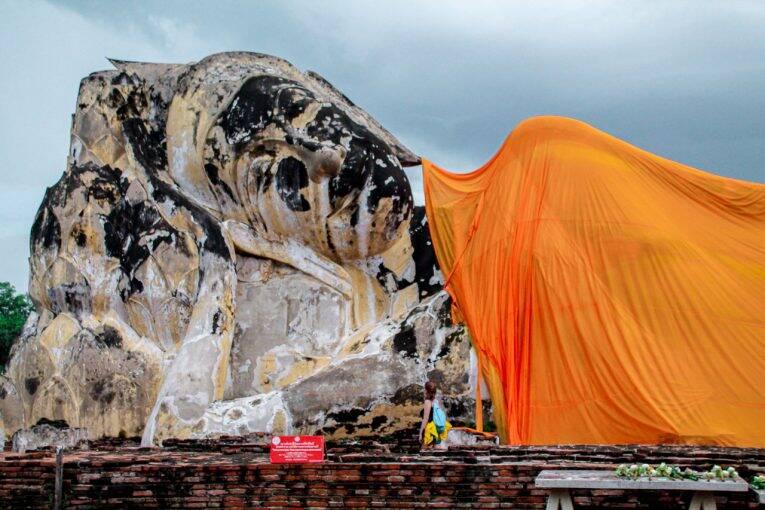 Buda reclinado no Wat Lokayasutharam, em Ayutthaya, na Tailândia. | Foto: Bruno/@naproadavida