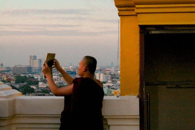 Até os monges aproveitaram nossas dicas de internet na Tailândia. | Foto: Bruno/@naproadavida