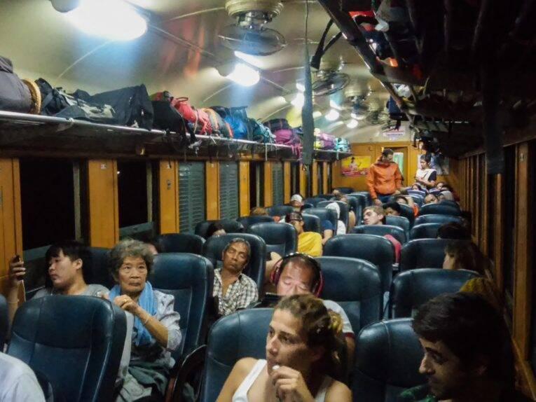 Terceira classe do trem noturno para Chiang Mai, Tailândia.