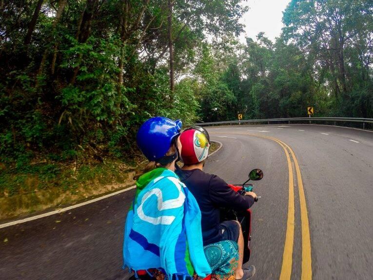 De moto até o templo Doi Suthep em Chiang Mai.
