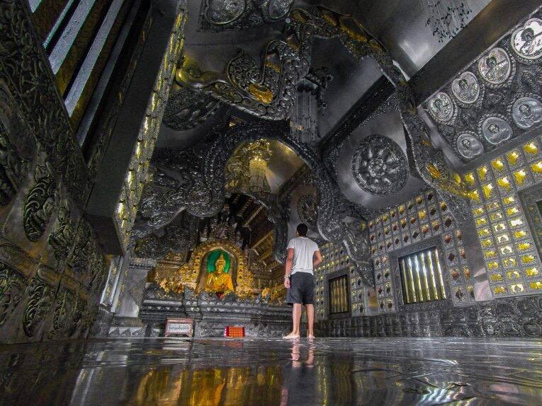 Dentro do templo de prata Wat Sri Suphan (Silver temple).