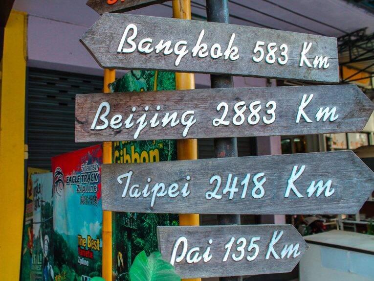 A direção e os 135km até a cidade de Pai, Tailândia.