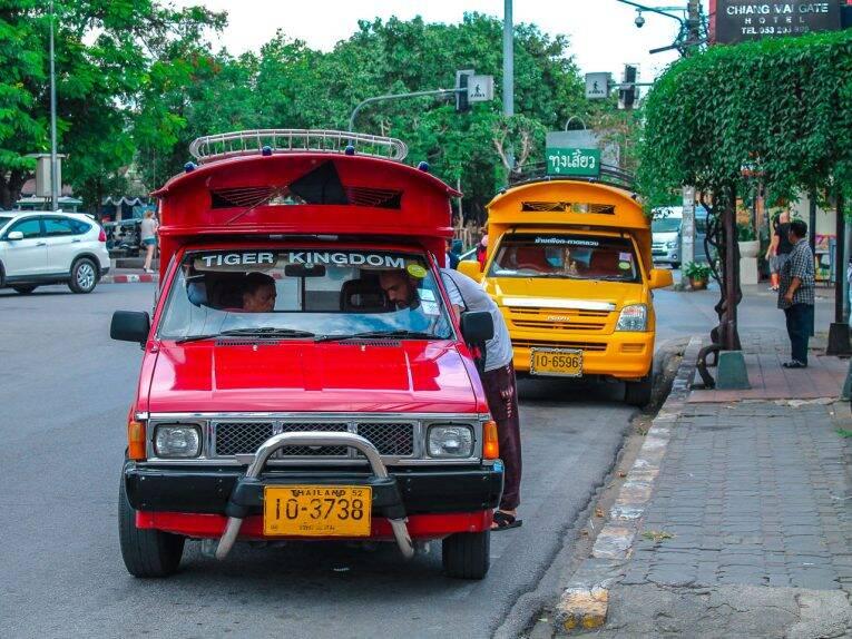 O famoso red car (songthaew) nas ruas de Chiang Mai. | Foto: Bruno/@naproadavida