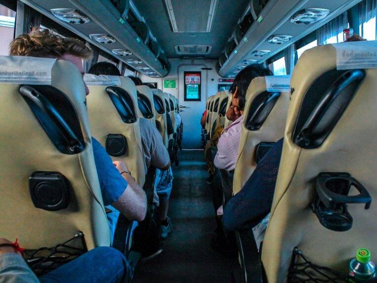 Ônibus que faz o trajeto entre Chiang Mai e Chiang Rai. | Foto: Bruno/@naproadavida