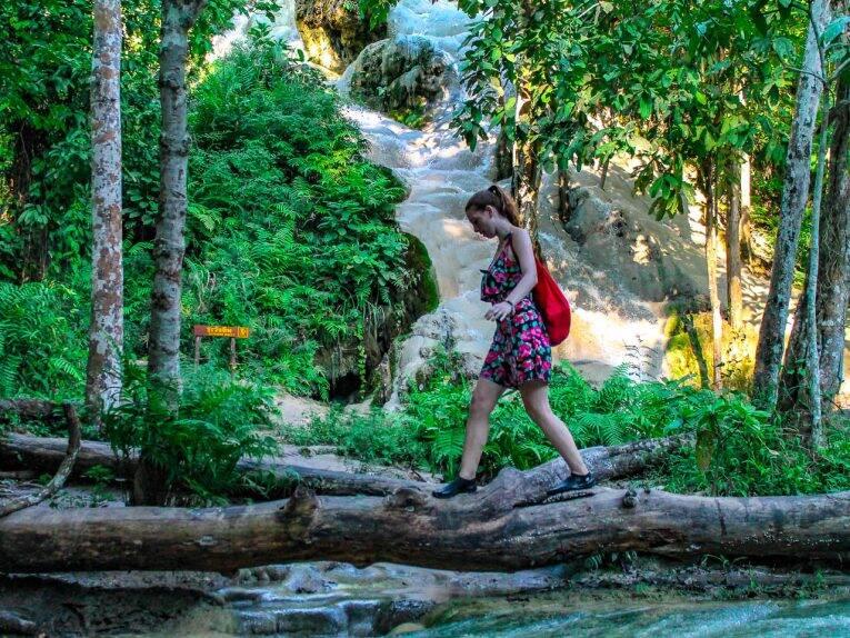 Victória tentando fazer o mais dífícil na Bua Thong Waterfall: escorregar.