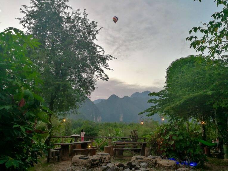 Pôr do sol maravilhoso do Earth bar, em Vang Vieng.