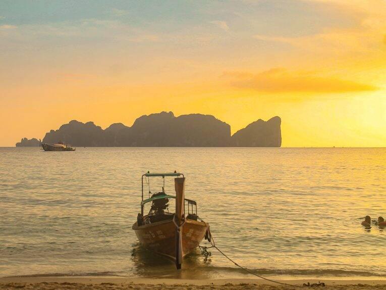 Pôr do sol em Long beach em Phi Phi - barco típico