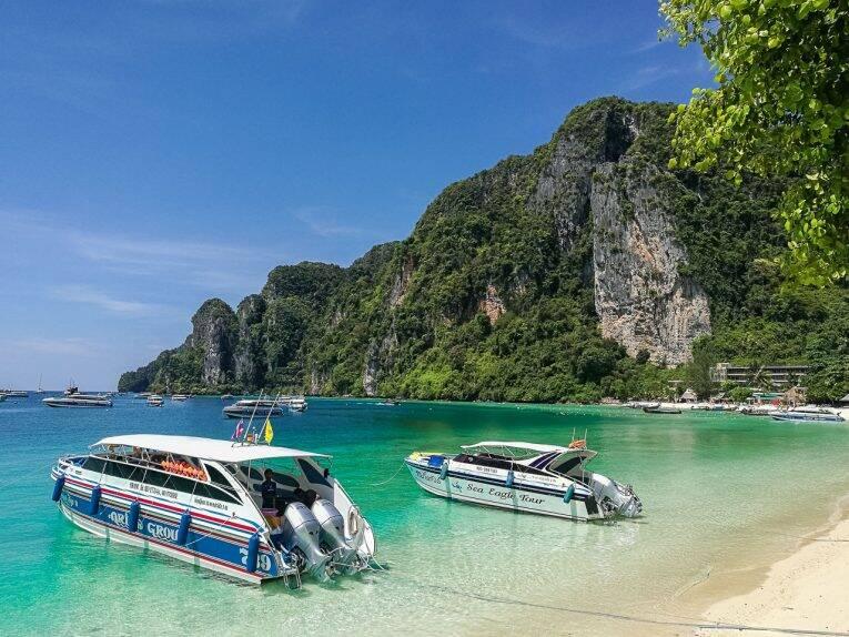 Lanchas rápidas que fazem os transportes e passeios em Phi Phi.