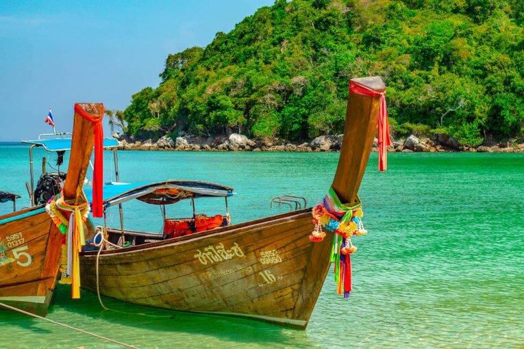 Longtail boat em uma das lindas praias de Phi Phi Islands. | Foto: @passeiosemphiphi