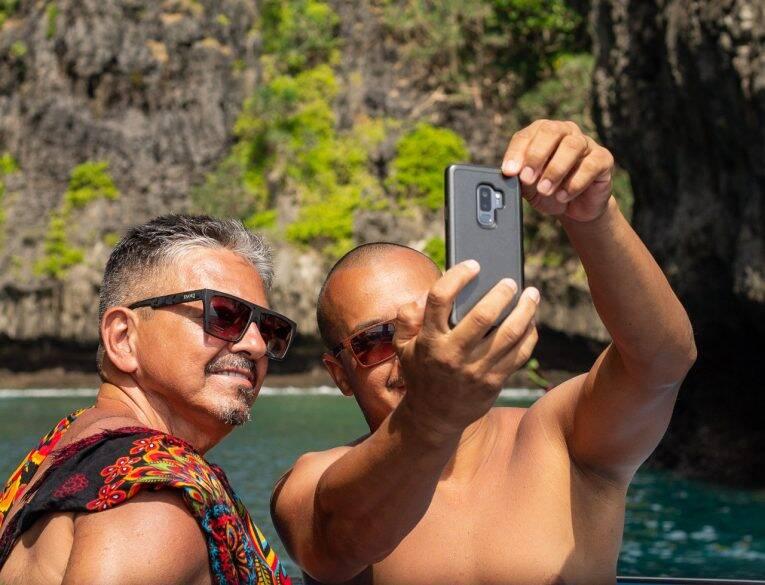 Brandão e Fábio curtindo o passeio de barco One Day Trip em Phi Phi. | Foto: Bruno/@passeiosemphiphi