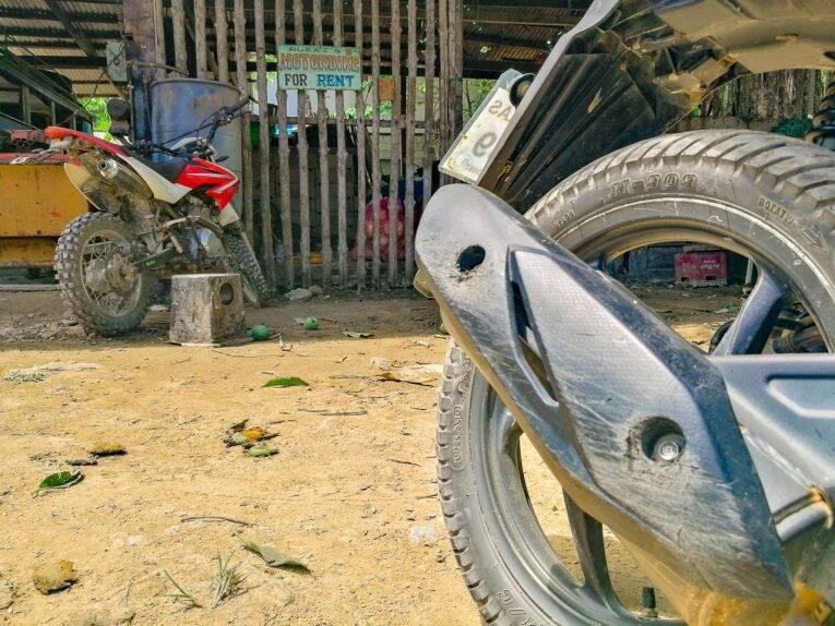 Antes de alugar motos na Ásia, sempre olhe e tire fotos de arranhões e partes quebradas. | Foto: Bruno/@naproadavida
