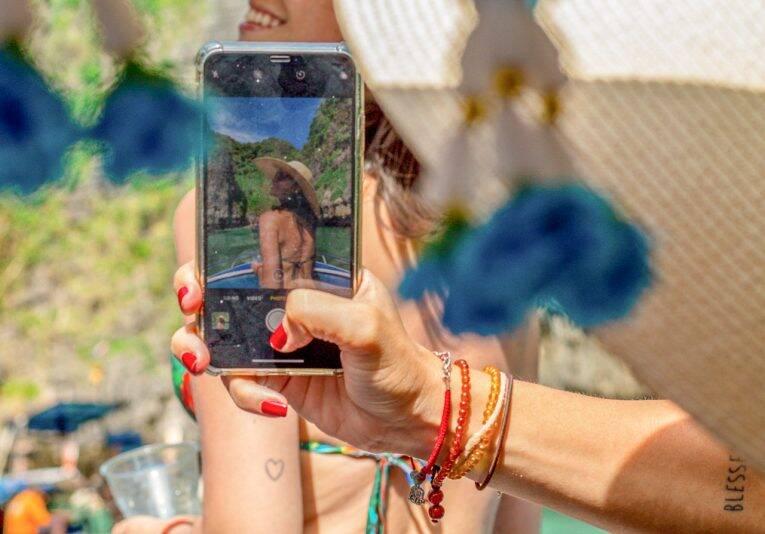 Quem não usa o celular e posta fotos na viagem, não é mesmo? | Foto: @passeiosemphiphi - internet na Tailândia