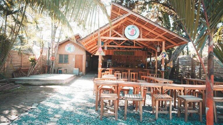 Área comum do CocoRico Hostel em Port Barton. | Foto: divulgação