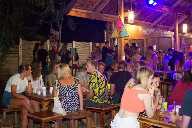 Happy hour do CocoRico Hostel em Port Barton. | Foto: divulgação