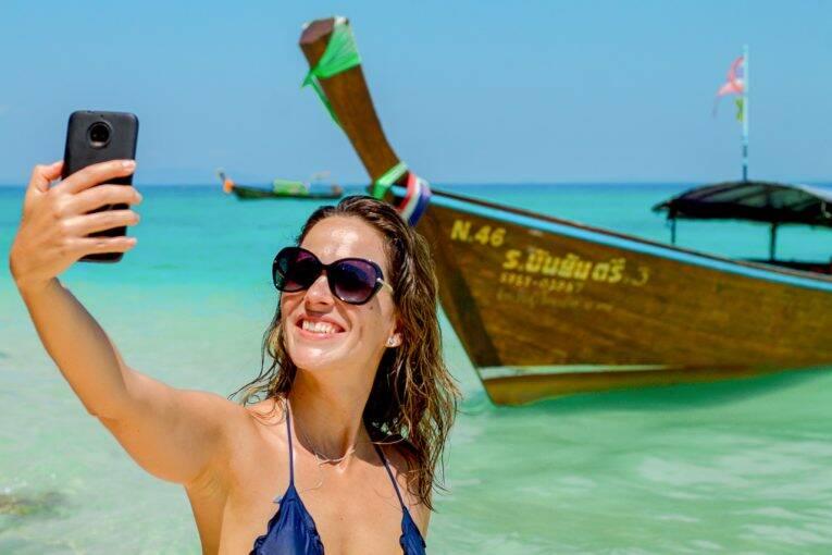 Michelle mandando aquela selfie no grupo da família durante o passeio de barco. | Foto: @passeiosemphiphi - chip tailandia - internet na tailandia