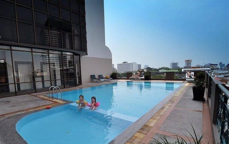 Crianças brincando na piscina do Royal Lanna Hotel. | Foto: divulgação