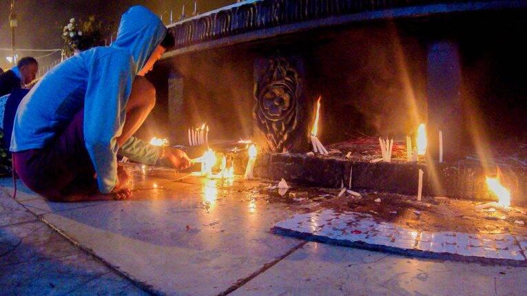 Celebrações na Golden Rock, no Myanmar.