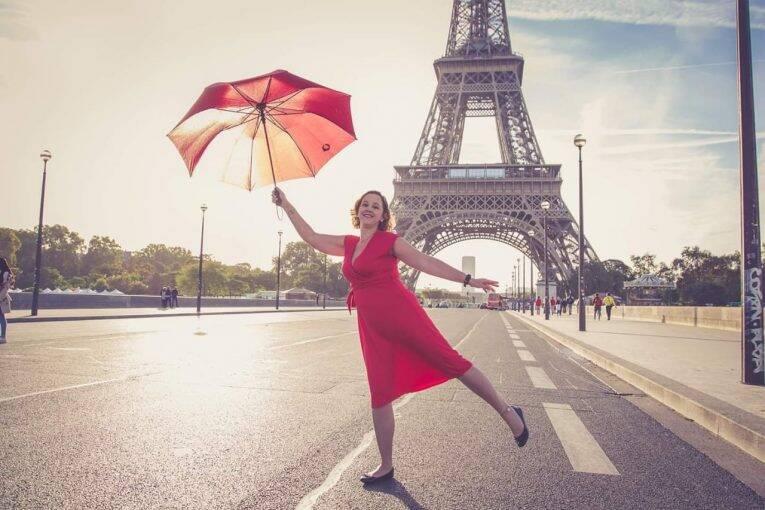 Dicas de Paris: mulher viajando sozinha